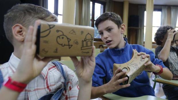 Dos alumnos del Instituto Cervantes prueban las gasfas de realidad virtual
