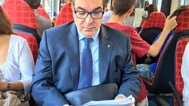 El consejero Jordi Jané, en el bus dirigiéndose al departamento de Interior