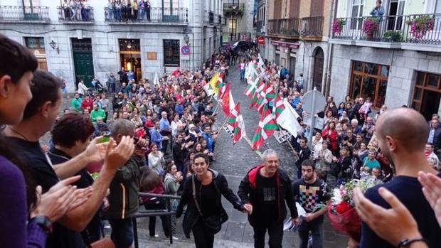 El excarcelado por pertenencia a ETA Antonio Gabiola homenajeado a su llegada a Lequeitio