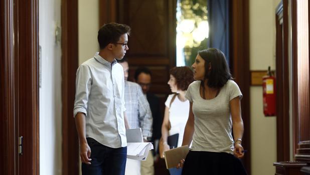 Íñigo Errejón e Itene Montero, en los pasillos del Congreso