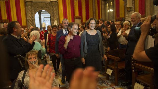 Los asistentes, ovacionando al pregonero en el Ayuntamiento