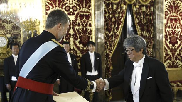 El nuevo embajador de Japón, Masashi Mizukami (d), saluda al rey Felipe