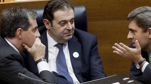 Ricardo Costa y Vicente Rambla, flanqueando a Gerardo Camps en las Cortes Valencianas