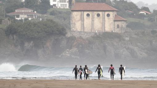 Surfistas en la playa de Mundaca