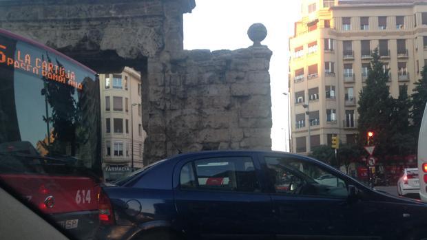 Atasco en la rotonda de la emblemática Puerta del Carmen de Zaragoza