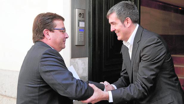 Los presidentes de Extremadura, Guillermo Fernández Vara, y el de Canarias, Fernando Clavijo, en Madrid