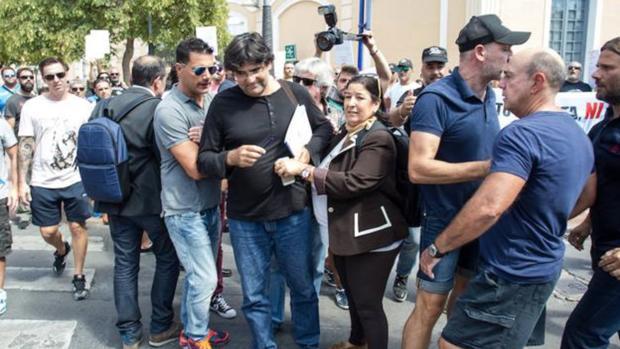 Pavón se aleja de los empleados portuarios tras el altercado