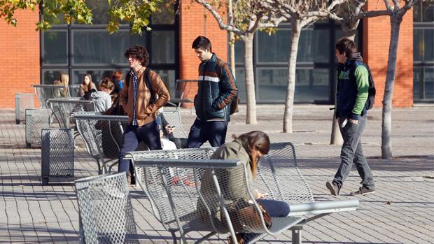Imagen de archivo de un grupo de universitarios valencianos