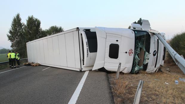 Así ha quedado el camión que ha volcado en la A-62