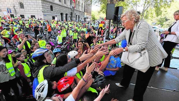 La alcaldesa saluda a un grupo de niños