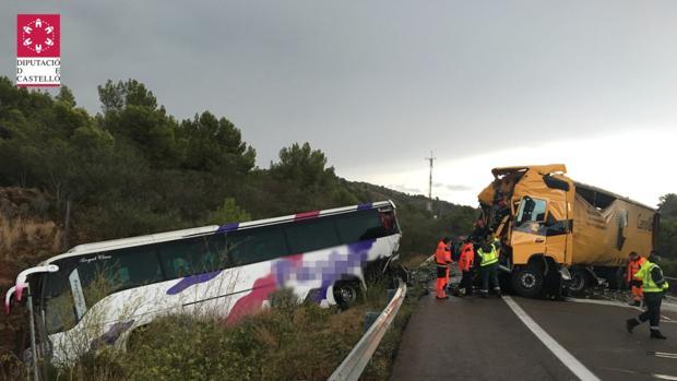 Foto de los Bomberos de Castellón con los dos vehículos tras la colisión en Benicassim