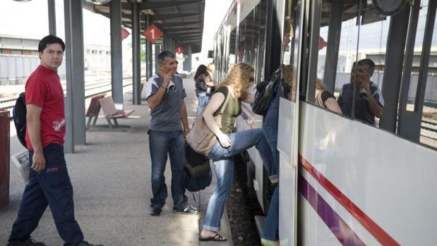 Un tren de Cercanías de Madrid, con parada en estación de Alcalá de Henares