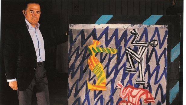 Julián Castilla junto a una de las obras de su colección