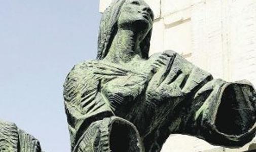 Una de las figuras, mutilada