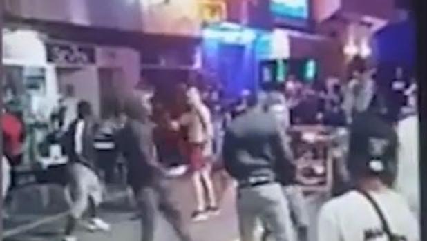 Imagen capturada de la pelea en la zona de «West End», en Ibiza