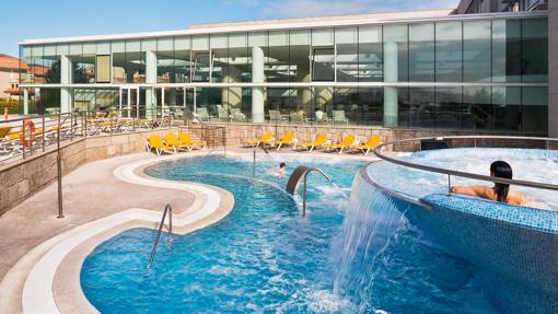 Imagen de las piscinas abiertas del balneario