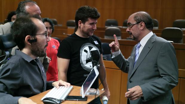 El presidente de Aragón, Javier Lambán (PSOE), charlando con Echenique y otros diputados de Podemos en las Cortes regionales