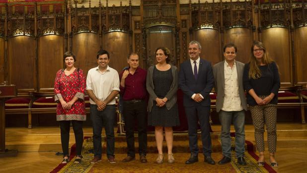 La alcaldesa y Pérez Andújar, con los tenientes de alcalde, ayer tras el pregón