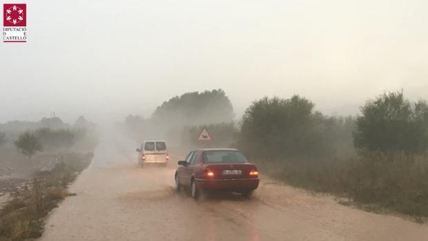Coches bajo la tormenta en Atzeneta del Maestrat