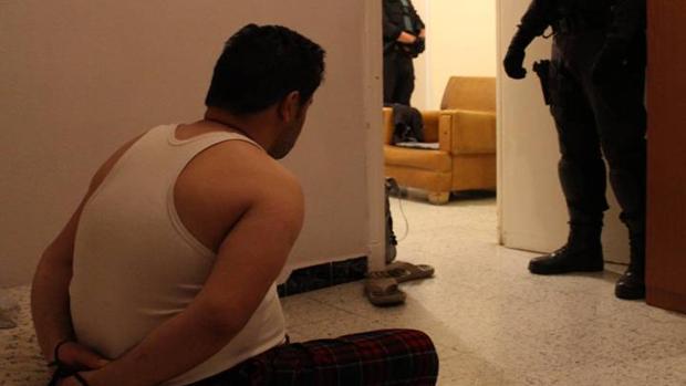 Imagen facilitada por la Guardia Civil del momento de la detención de uno de los presuntos narcotraficantes