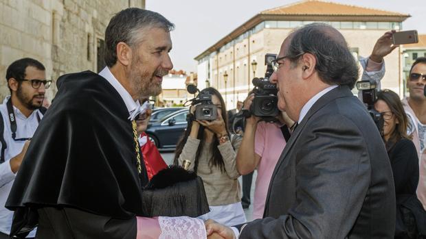 El rector de la Universidad de Burgos y el presidente de la Junta se saludan al inicio del acto