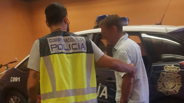El detenido, custodiado por agentes de la Policía Nacional de Alicante