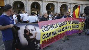Antiguos legionarios se concentran en la Plaza Mayor contra el cambio de nombre de la calle Millán Astray