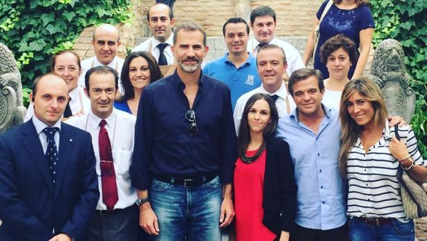 El Rey se ha fotografiado con un grupo de empleados del establecimiento hostelero