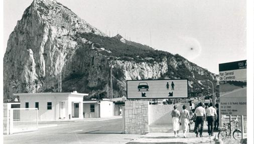 Imagen de 1982 de la frontera de Gibraltar, unos meses después de abrirse