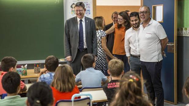 Marzà (centro), junto a Puig y Oltra inauguran el curso escolar en un colegio de Valencia