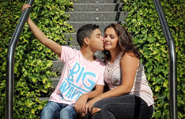 Kike le da un beso a su madre, Pilar