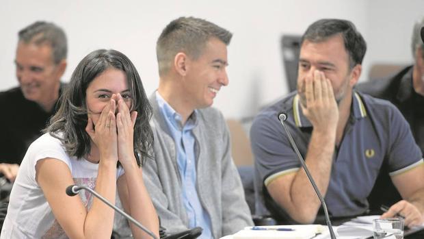 Rita Maestre, Pablo Soto y Nacho Murgui, ayer, se ríen en plena comisión de Transparencia