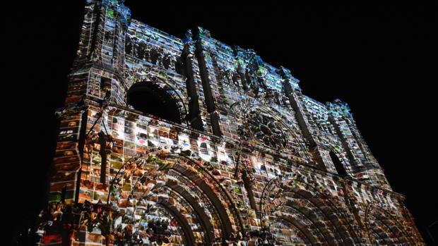 Fachada de la catedral de Cuenca durante el espectáculo de luz y sonido