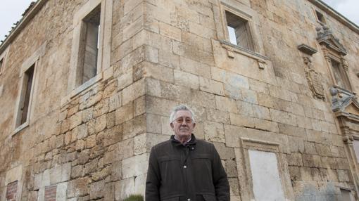 Vicente Robisco, alcalde de Navares de las Cuevas (Segovia) que permanece con el Concejo Abierto