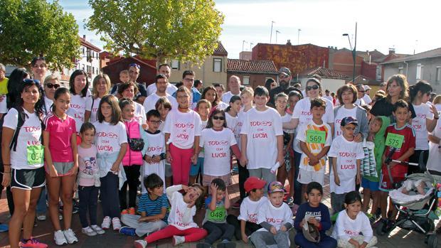 Algunos de los participantes en la marcha solidaria para apoyar a Lucía, en el centro, y su familia