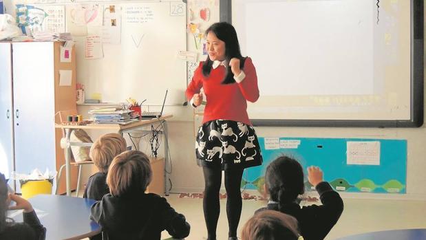 Una profesora nativa enseña chino en un centro de Tres Cantos