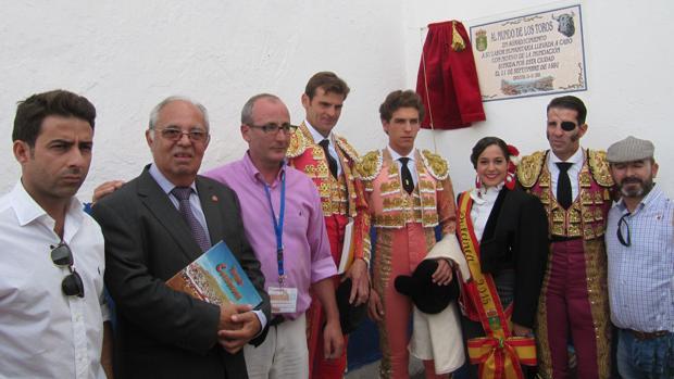 El alcalde de Consuegra, a la derecha, con los protagonistas de la corrida tras descubrir la plaza conmemorativa.