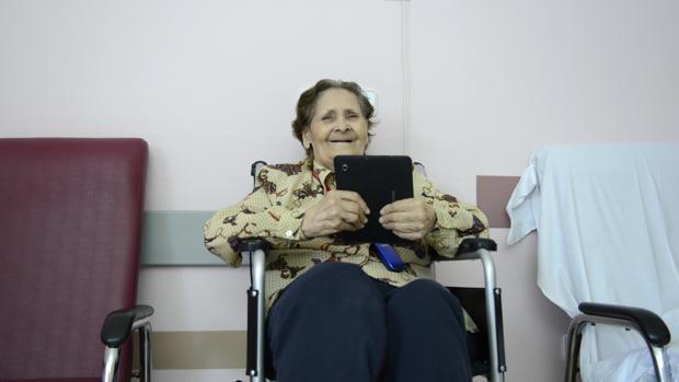 Una señora sostiene un libro en el hosptital