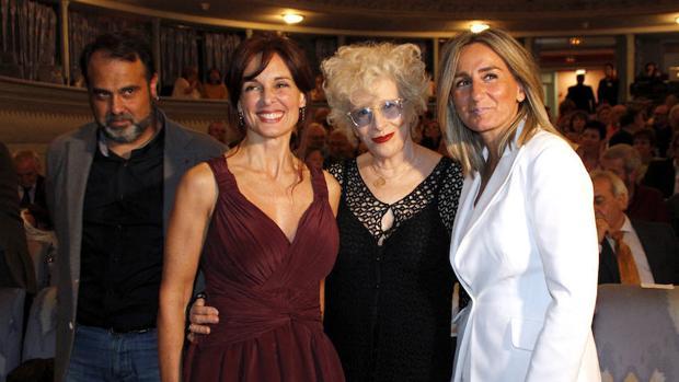 La alcaldesa, a la derecha, junto con Javier Mateo, Silvia Marsó y Magüi Mira