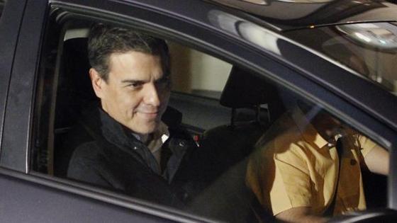 El secretario general del PSOE Pedro Sánchez, abandona la sede de su partido en Madrid