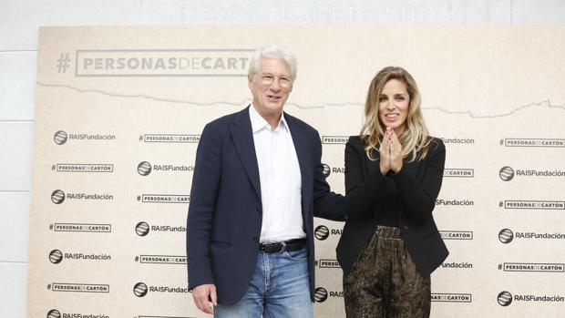 Imagen de Richard Gere y su pareja, Alejandra Silva, tomada este lunes en Valencia