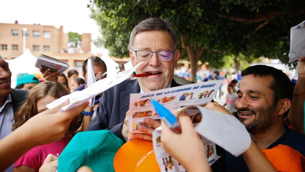 Imagen de Ximo Puig firmando autógrafos tomada este lunes en la Conselleria de Educación