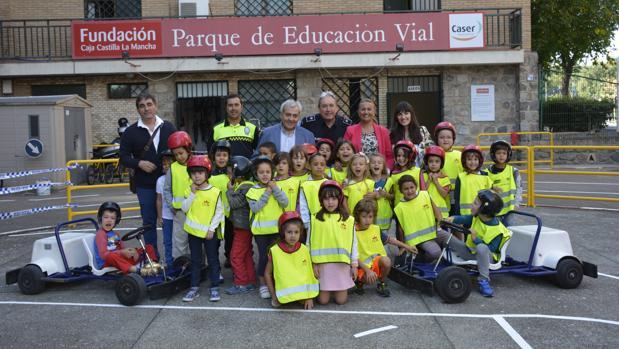 Los pequeños del colegio Ciudad de Aquisgrán con el concejal de tráfico, Juan José Pérez del Pino, y la concejal Maite Puig