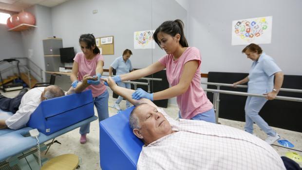 Pacientes con esclerosis múltiple en un centro de rehabilitación