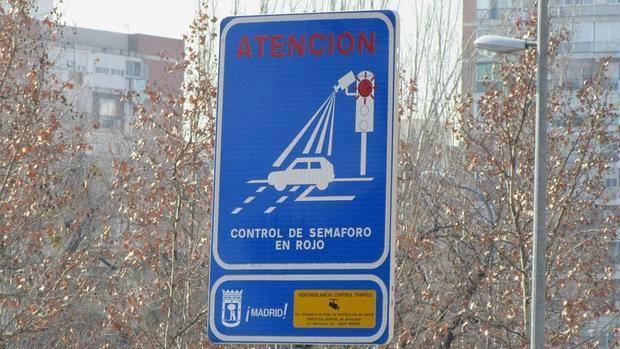 Cartel de señalización de control de semaforo en rojo