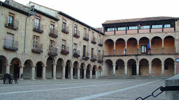 El Ayuntamiento de Sigüenza, al fondo