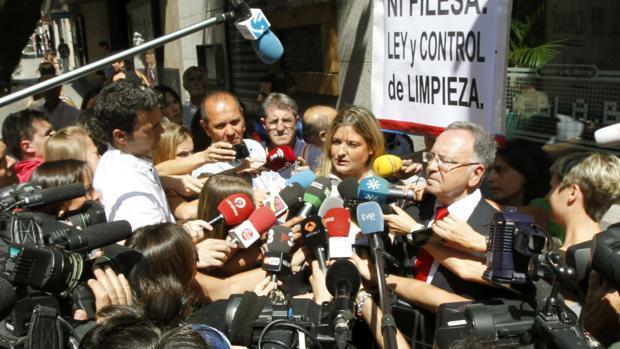 Miguel Bernad y Virginia López Negrete, en las inmediaciones de la Audiencia Nacional