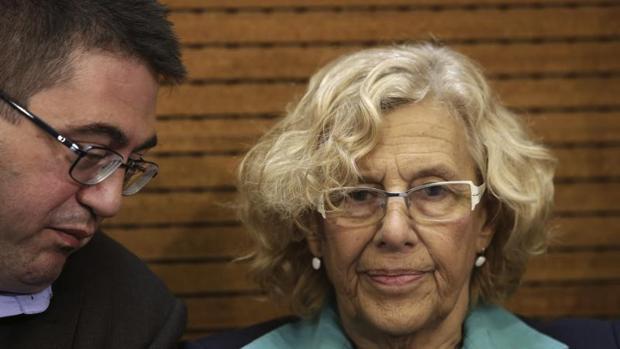 El concejal de Economía y Hacienda, Carlos Sánchez Mato; y la alcaldesa de Madrid, Manuela Carmena, en Cibeles