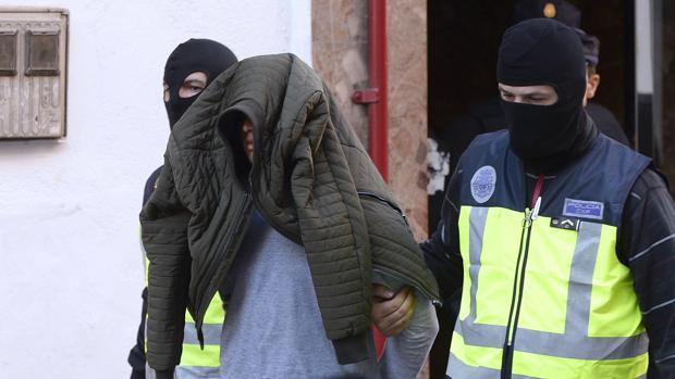 El presunto yihadista ha vuelto a su vivienda esta mañana con los agentes de la Policía Nacional