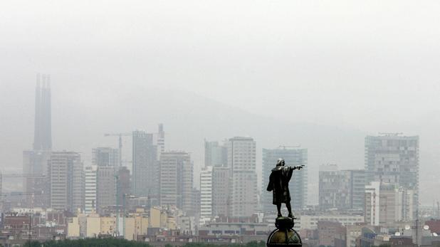Vista aérea de la estatua de Colón con Barcelona de fondo